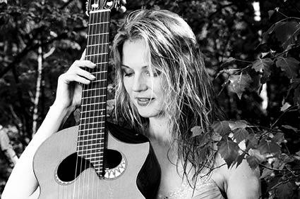 Nadja Kossinskaja mit Scharpach Gitarre
